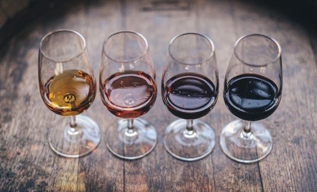 Sfumature di colore nei calici di vino